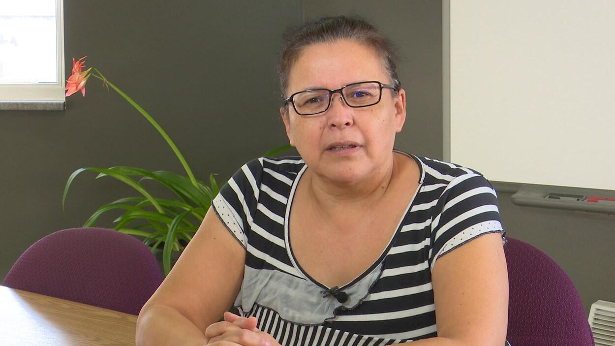 Une femme parle à la caméra en entrevue.
