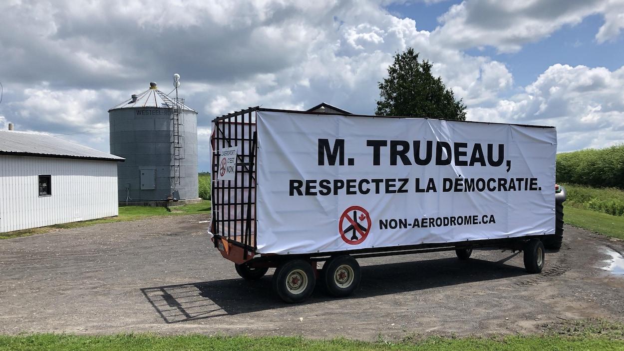 Une grande banderole demande à Justin Trudeau de respecter la démocratie.