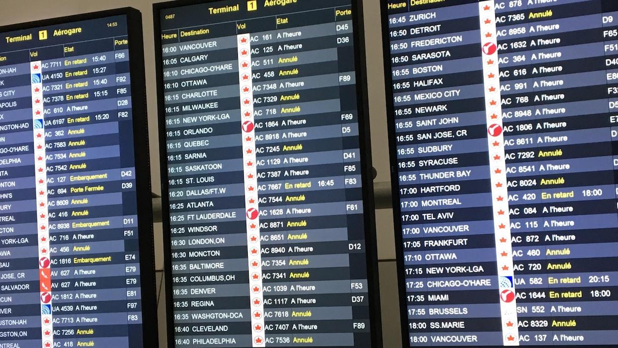 Les tableaux indicateurs des départs et arrivées à l'aéroport Pearson.