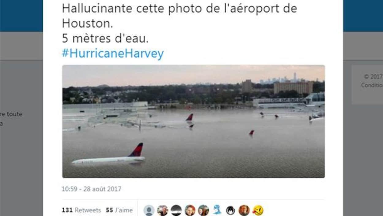 Capture d'écran d'une image qui circule sur Twitter. On voit des avions submergés dans un aéroport. La personne qui a partagé l'image a écrit: «Hallucinante cette photo de l'aéroport de Houston. Cinq mètres d'eau.»