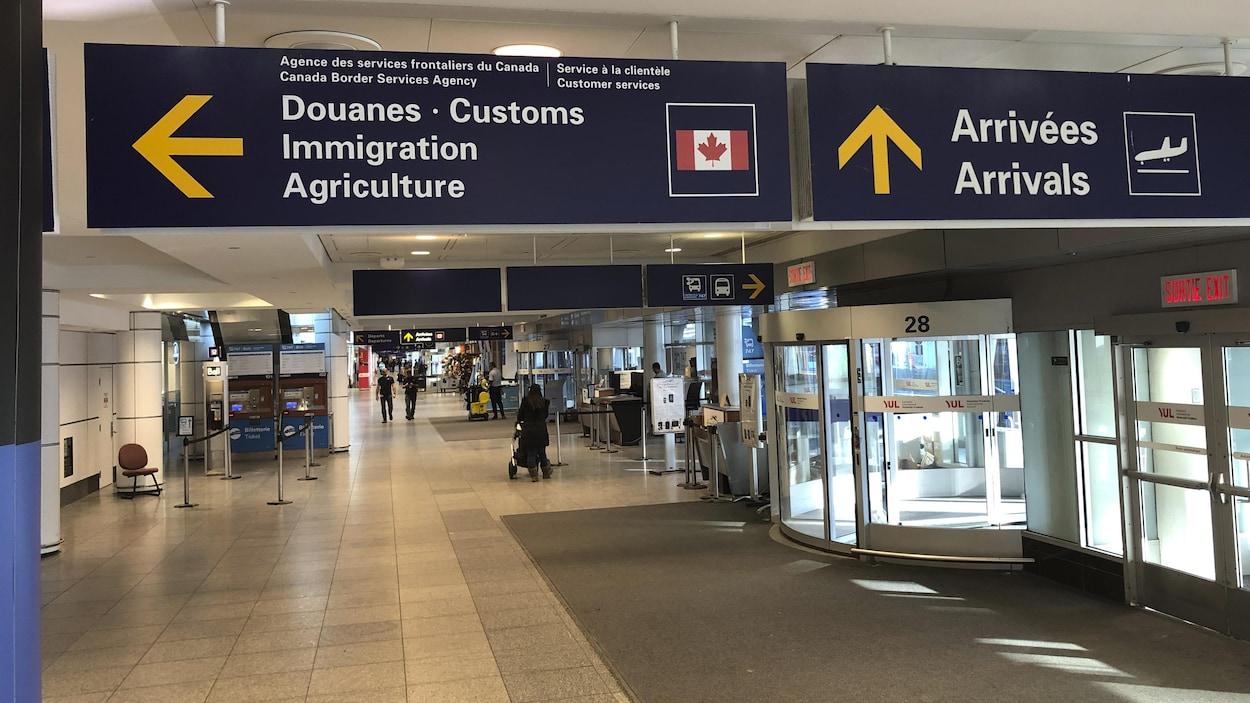 La signalisation des douanes et des bureaux de l'immigration à l'Aéroport Pierre-Elliott Trudeau.