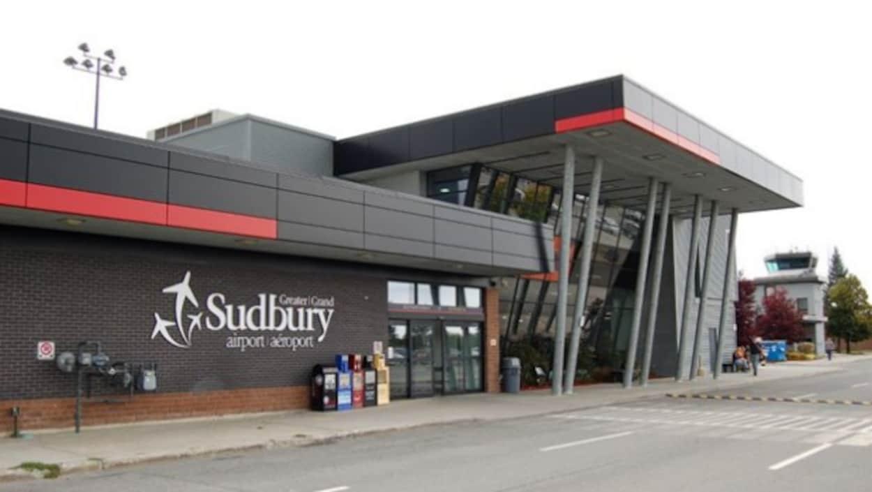 Extérieur de l'aéroport du Grand Sudbury.
