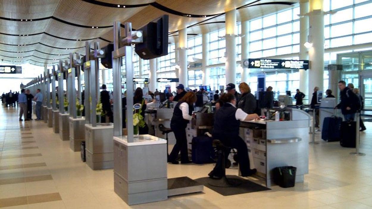 Des kiosques achalandés à l'aéroport James Armstrong Richardson de Winnipeg