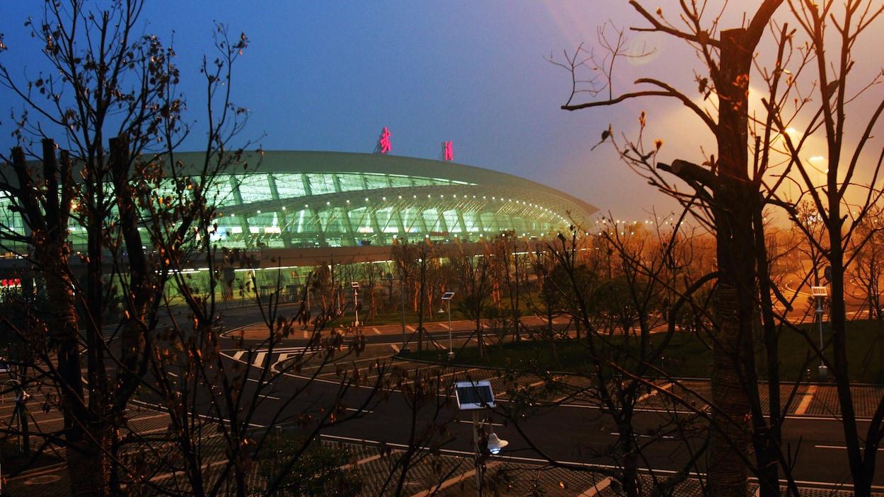 Plan d'ensemble d'un terminal de l'aéroport au crépuscule.