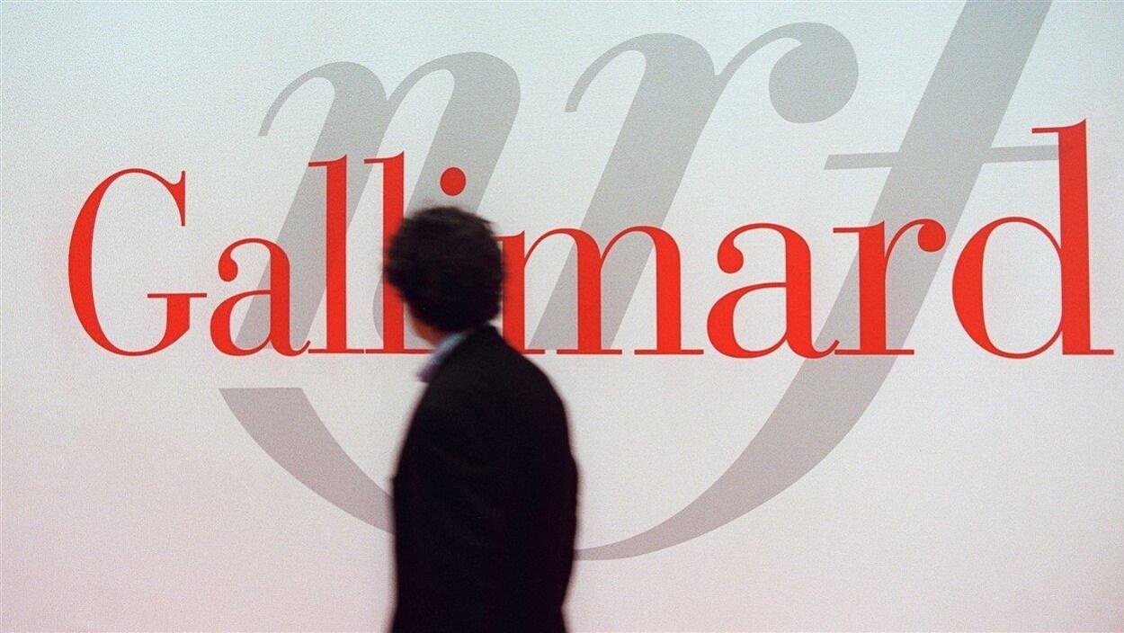 Un passant devant le stand des éditions Gallimard au Salon international du livre de Paris en 2001 (archives).