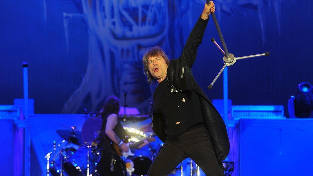 Bruce Dickinson lors d'un concert d'Iron Maiden. On aperçoit, derrière lui, le guitariste Dave Murray.