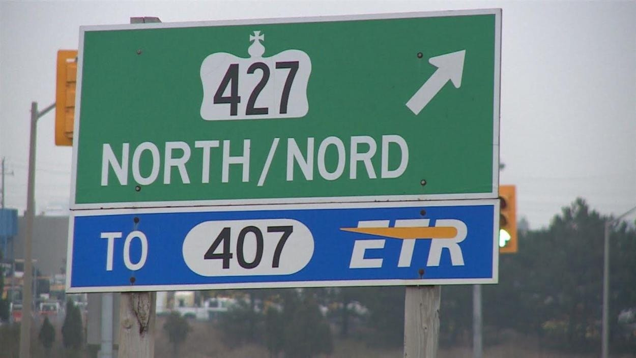 Un panneau indiquant un accès à l'autoroute 407.