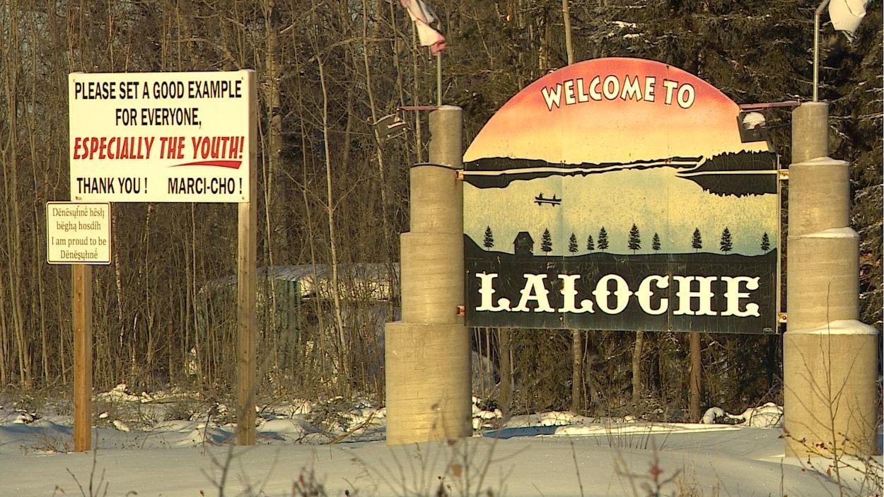 Une affiche à l'entrée du village de La Loche.