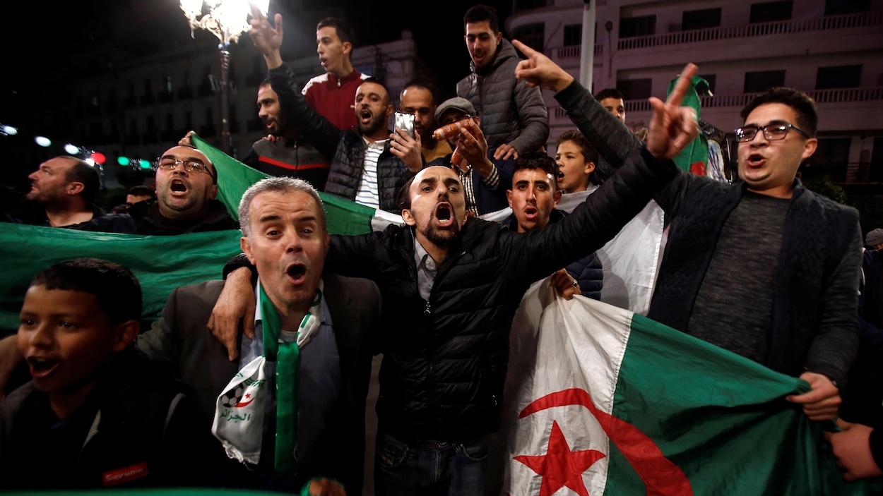 Des gens célèbrent le départ du président algérien Abdelaziz Bouteflika.