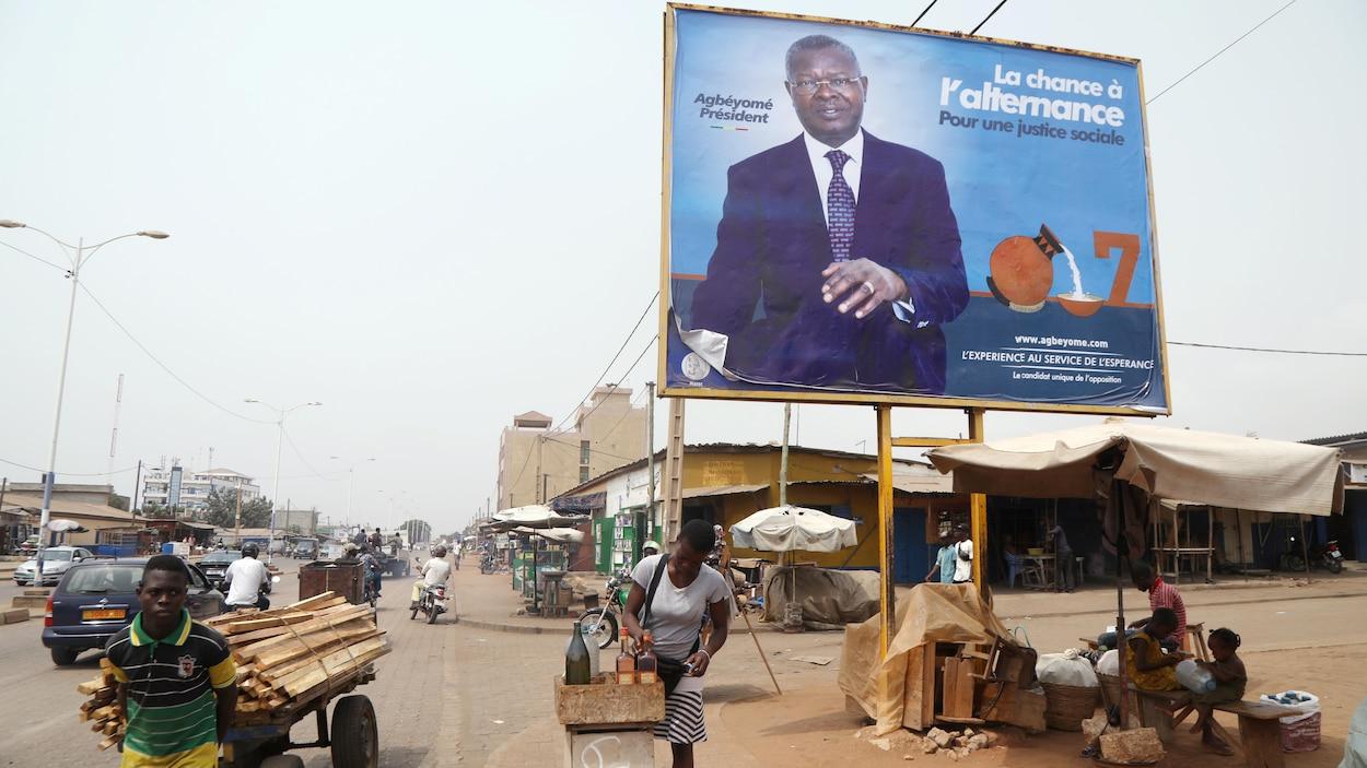 Un panneau électoral du candidat d'opposition Agbéyomé Kodjo, du Rassemblement du peuple togolais, dans une rue de Lome.