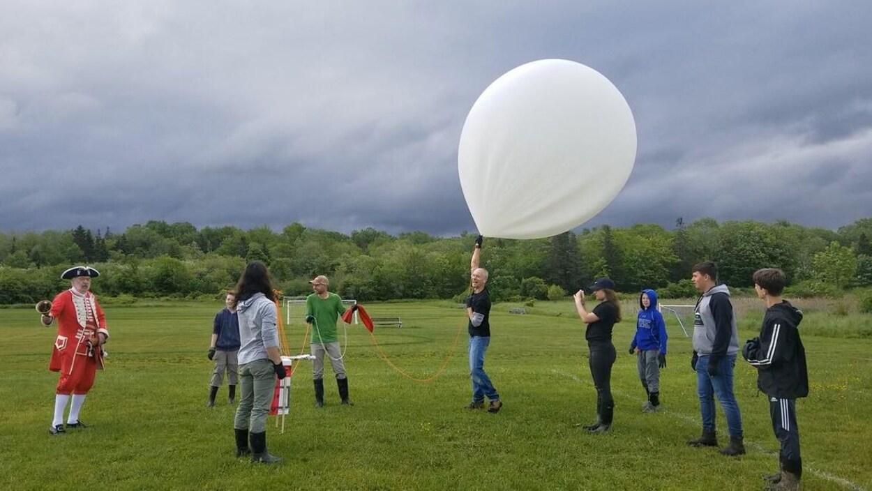 Le ballon-sonde sur un terrain de soccer avant son décollage.