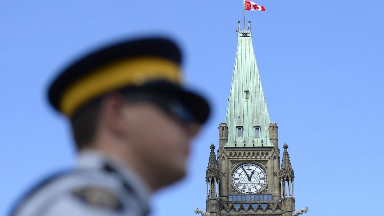 Un agent de la GRC devant le parlement du Canada, à Ottawa