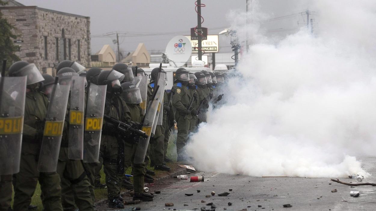 Des agents de la SQ lors de la manifestation à Victoriaville
