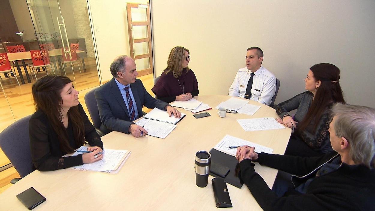 Des membres de la cellule AGIR de Laval en réunion.