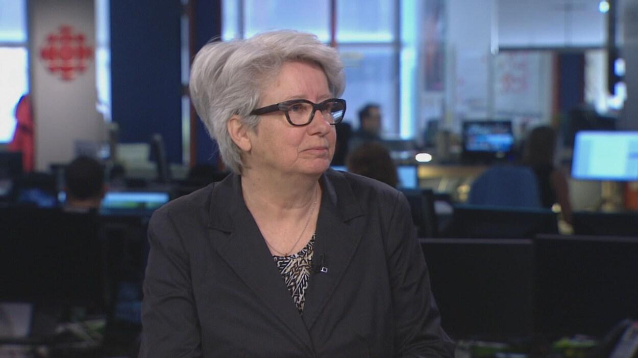 Agnès Maltais en entrevue au centre de l'information de Radio-Canada à Montréal. On voit la salle de nouvelles derrière elle.