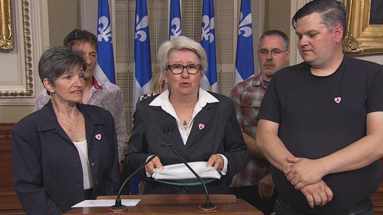 Agnès Maltais (au centre) entourée de Manon Boyer et de Jonathan Lavoie, deux personnes dont des proches sont décédés après avoir refusé une transfusion sanguine.