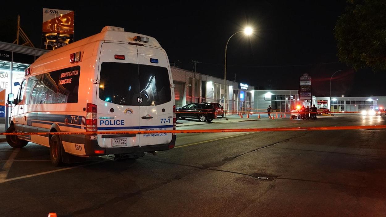 Un véhicule de l'identité judiciaire de la police de Montréal.