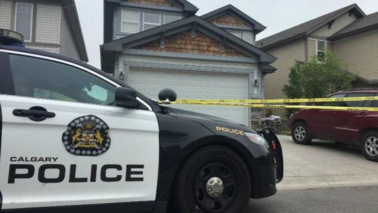 Une autopatrouille du Service de police de Calgary devant une maison où une agression est survenue samedi matin