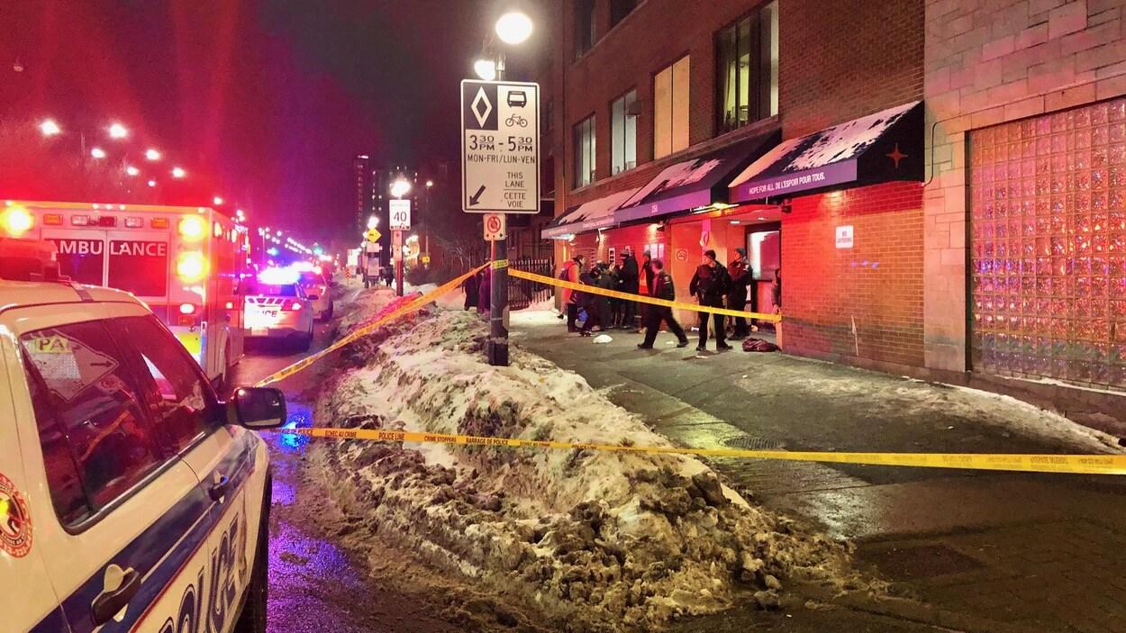 Des policiers et un périmètre de sécurité dans la rue Murray.