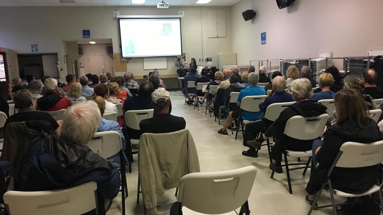 Une salle communautaire pleine de monde.