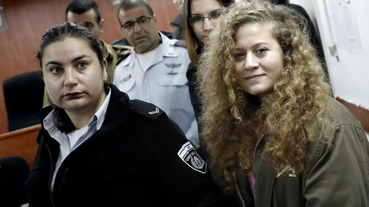 Ahed Tamimi, en compagnie d'une responsable de la sécurité israélienne.