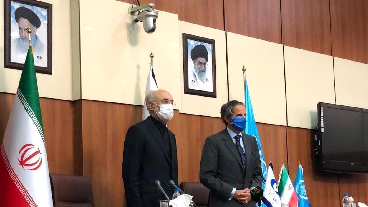 Le chef de l'organisation iranienne de l'énergie atomique, Ali-Akbar Salehi, et le directeur général de l'AIEA, Rafael Grossi, lors d'un point de presse à Téhéran en août 2020.