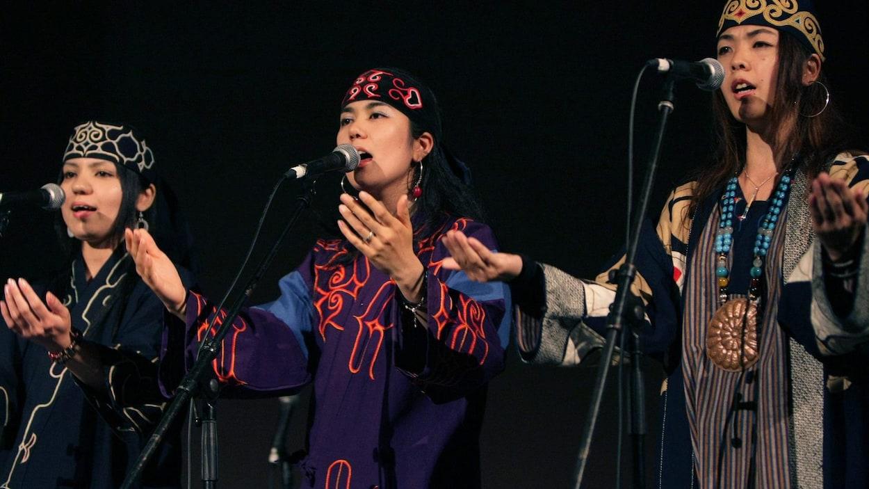 La chanteuse aïnoue Mina Sakai lors d'un concert du Sommet des peuples autochtones à Sapporo, dans le nord du Japon