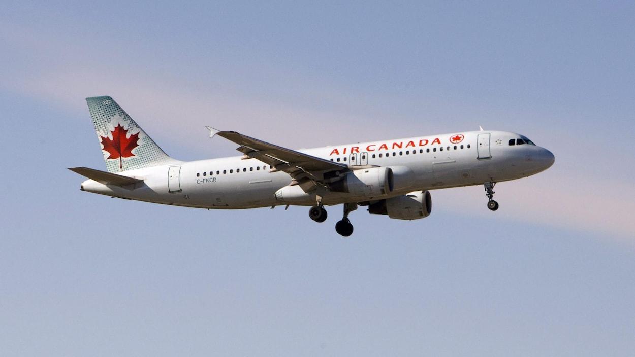 Photo d'un appareil d'Air Canada dans les airs