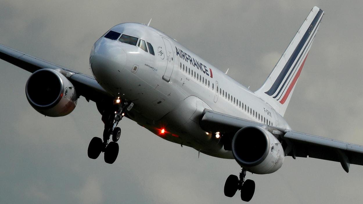 Un avion en vol.