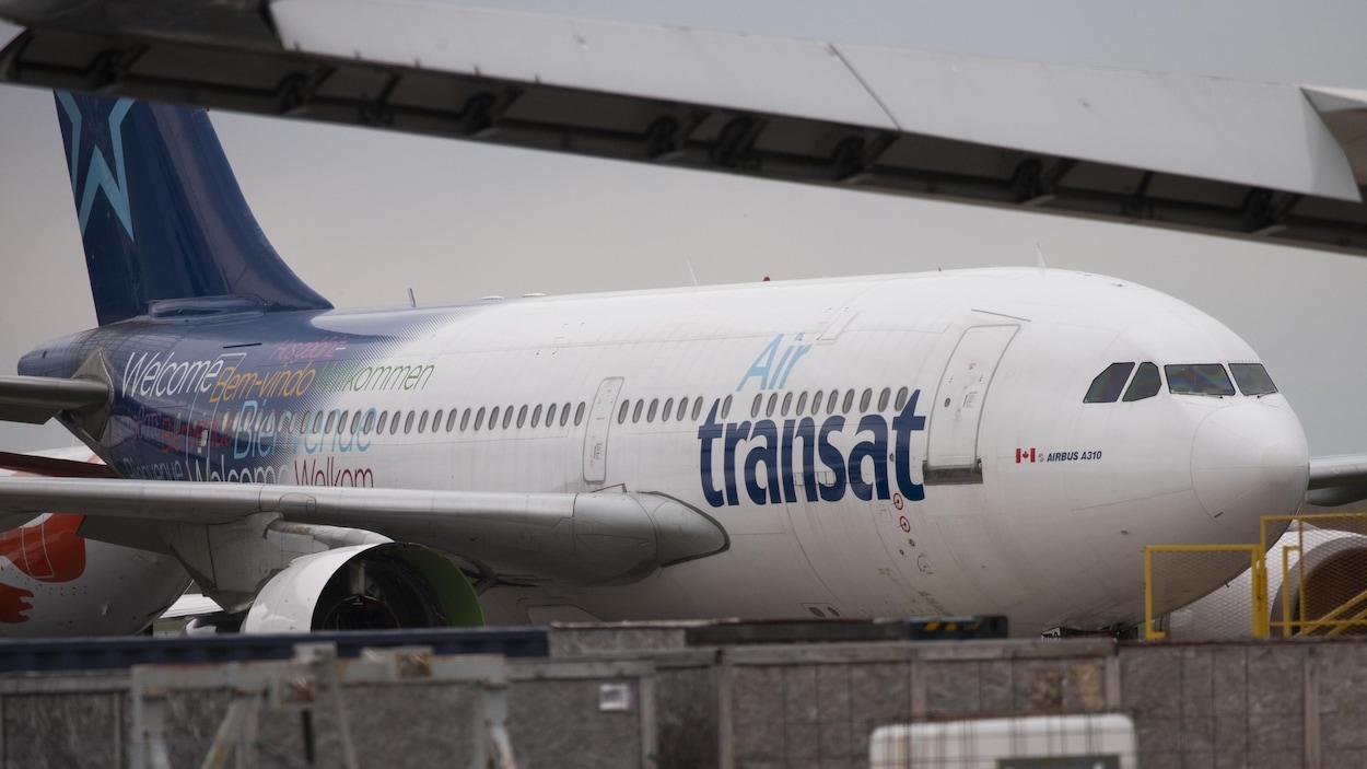 Un avion de la compagnie Air Transat à l'aéroport international Pierre-Elliott-Trudeau de Montréal.
