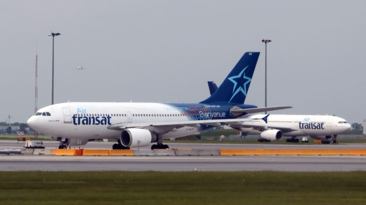 Deux avions aux couleurs d'Air Transat.