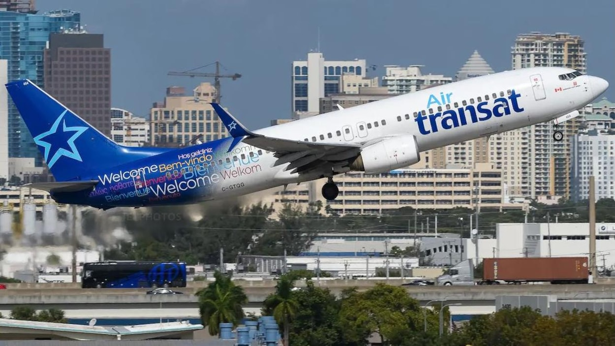 Un avion d'Air Transat au décollage.