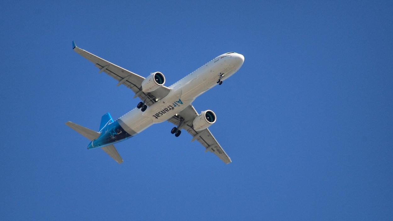 Un avion d'Air Transat en vol.
