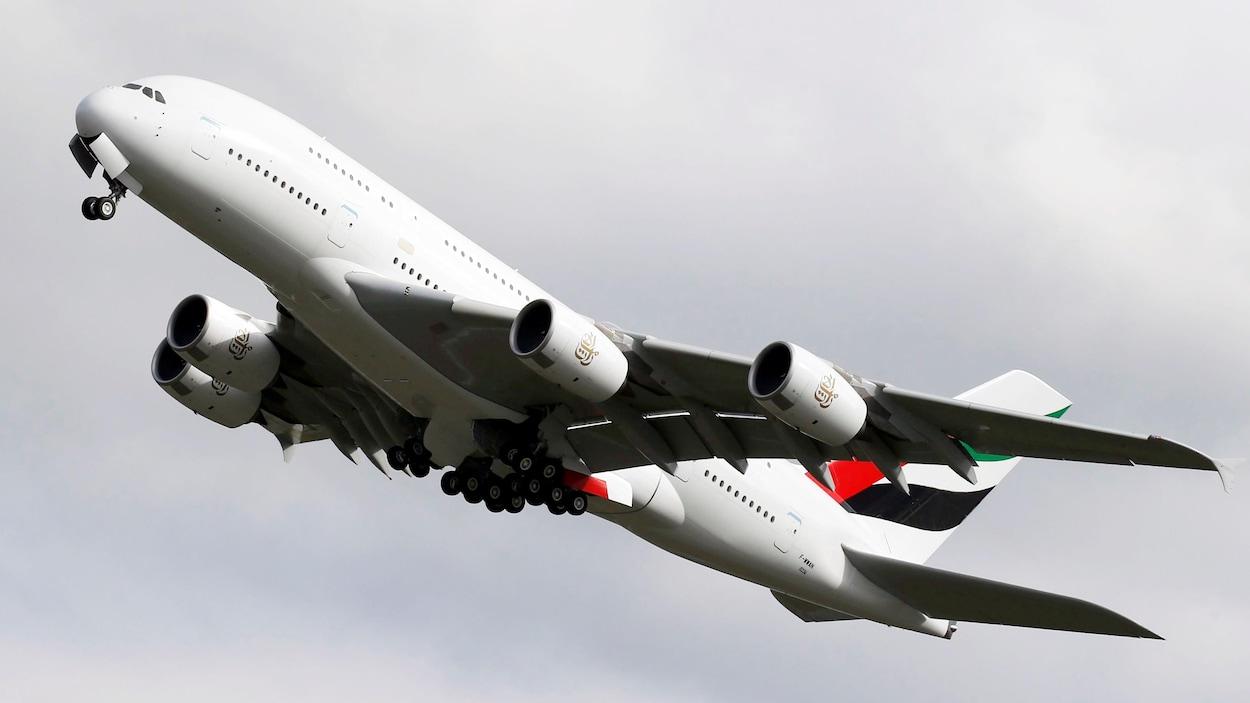 Un avion Airbus A380 décolle.