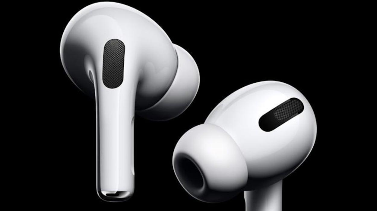 Des écouteurs sans fil sur fond noir.