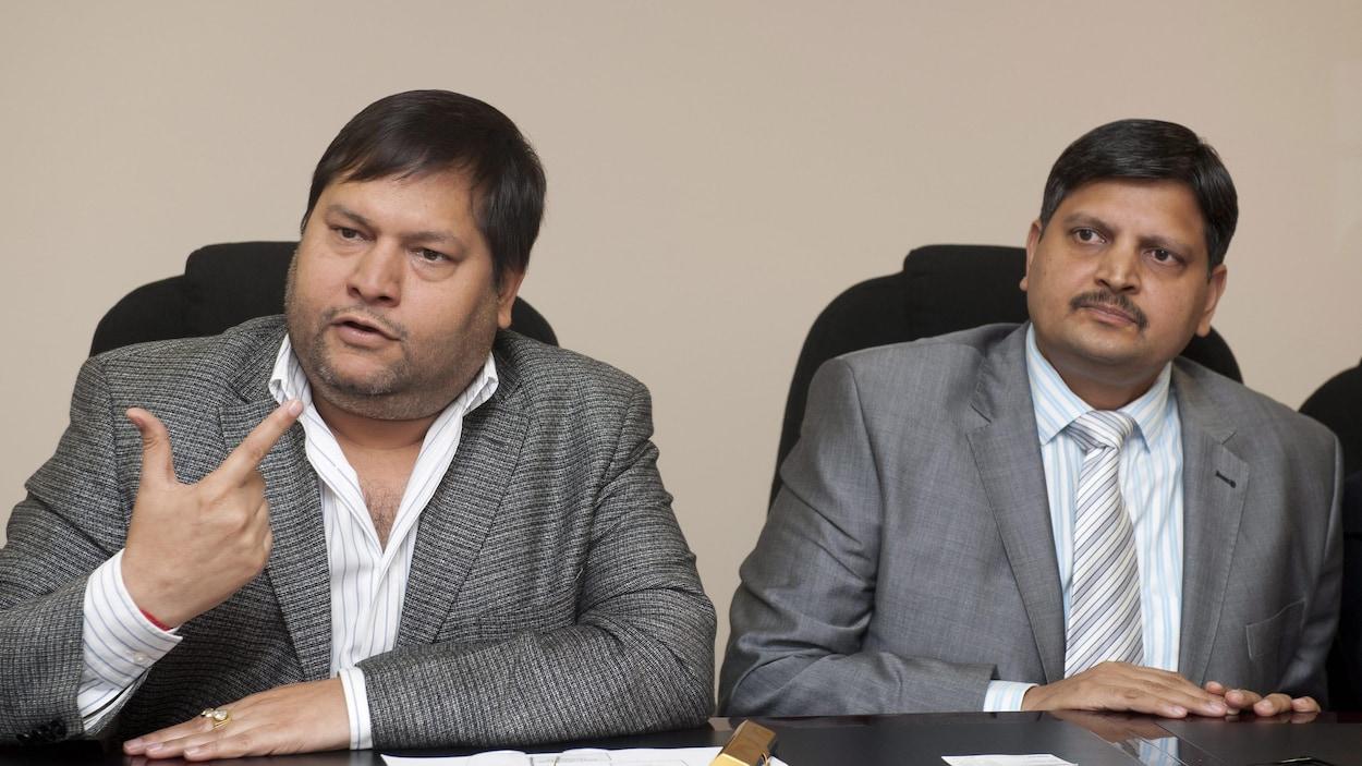 Deux des frères Gupta lors d'une entrevue à Johannesburg, en Afrique du Sud.