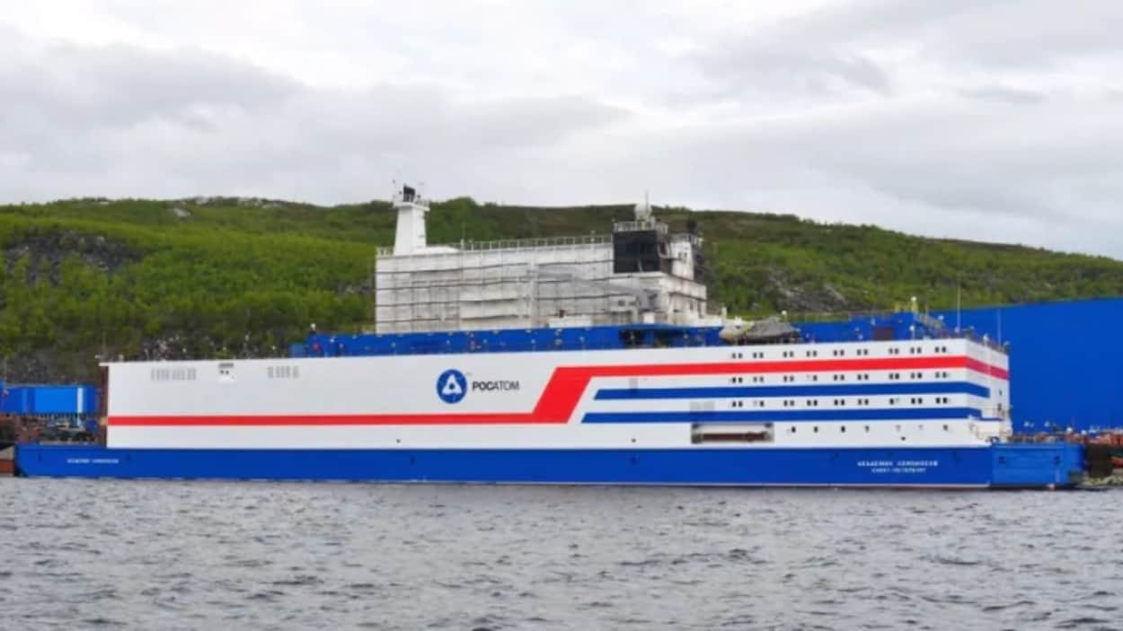 La centrale flottante Akademik Lomonosov fraîchement repeinte avant de prendre la route vers Pevek en Sibérie.