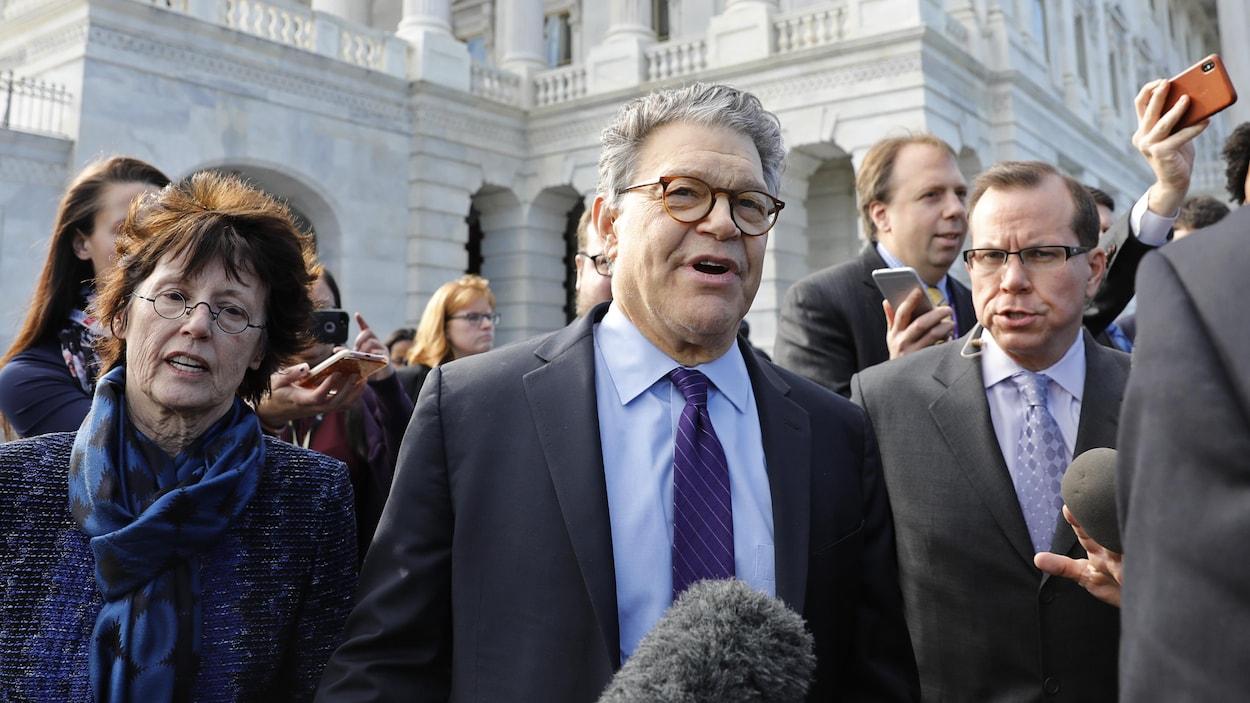 Al Franken marche devant le Sénat américain
