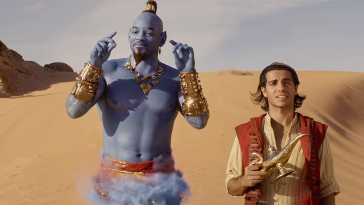 Le génie et Aladdin sont debout au milieu du désert.