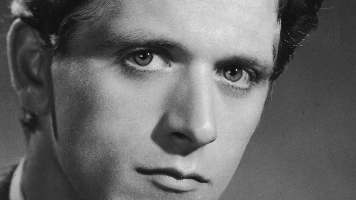 Portrait rapproché du comédien québécois Albert Millaire.