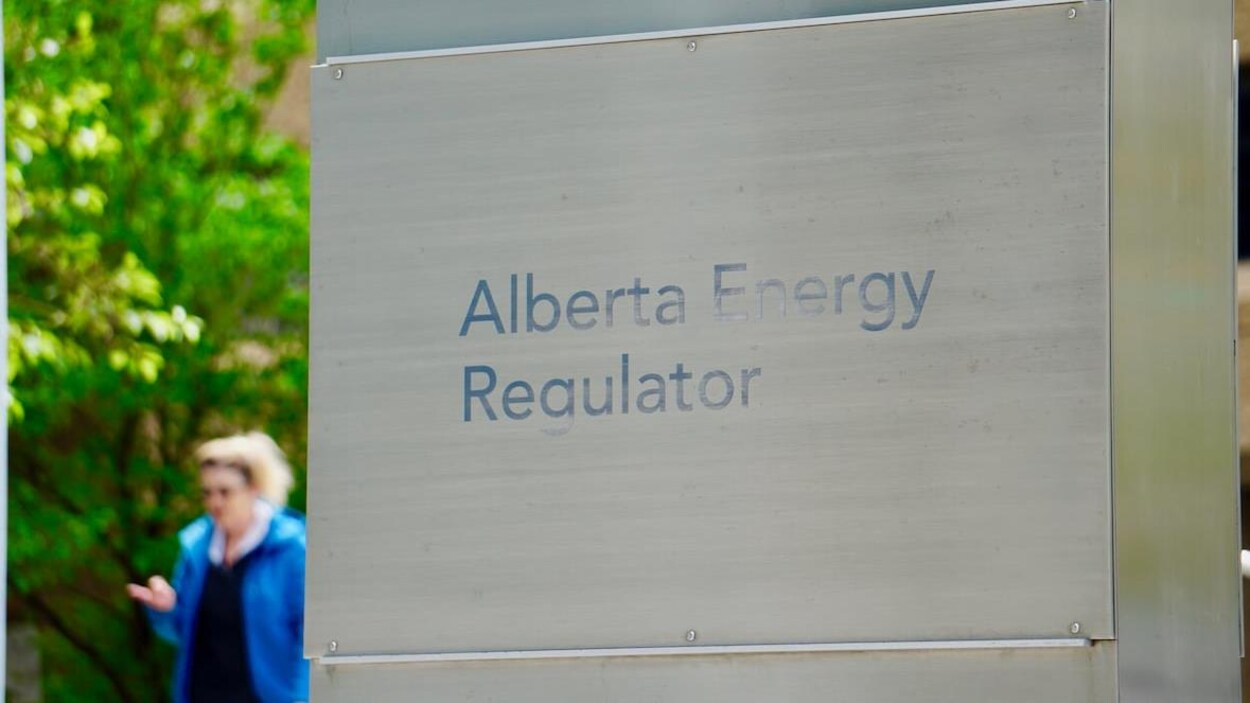 Un gros plan sur un panneau métallique où est inscrit : « Alberta Energy Regulator ».