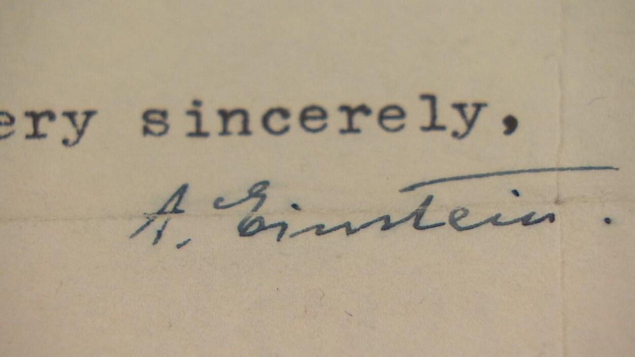 Dans l'image, une signature à l'encre noire au non d'Albert Einstein sur l'enveloppe de la lettre.