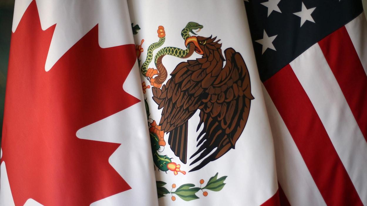 Les drapeaux canadien, mexicain et américain.