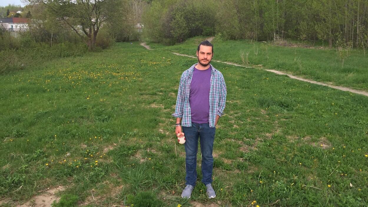 Le terrain derrière Alex Boulet, du Conseil de planification sociale de Sudbury, mène à une école élémentaire. Il sera transformé en ferme.