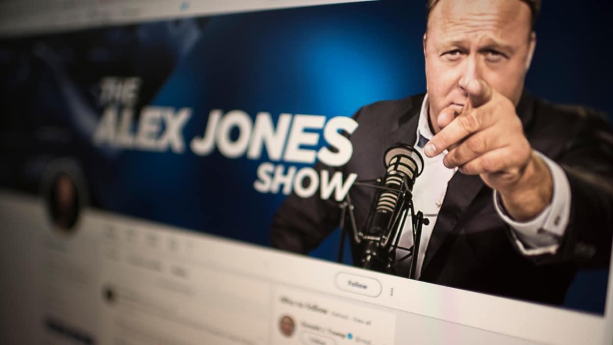 La photo montre le compte Twitter d'Alex Jones.