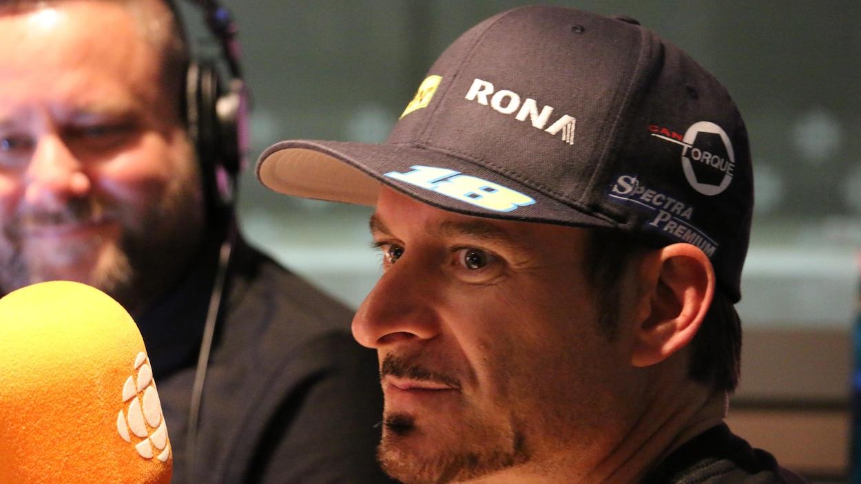 Le pilote Alex Tagliani au micro de Radio-Canada