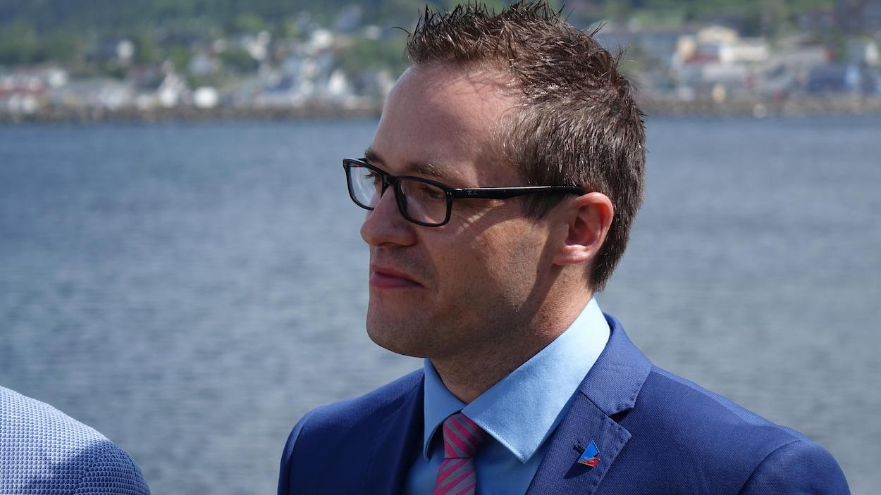 Alexandre Boulay est photographié de près. Il porte des lunettes rectangulaires et un veston cravate.