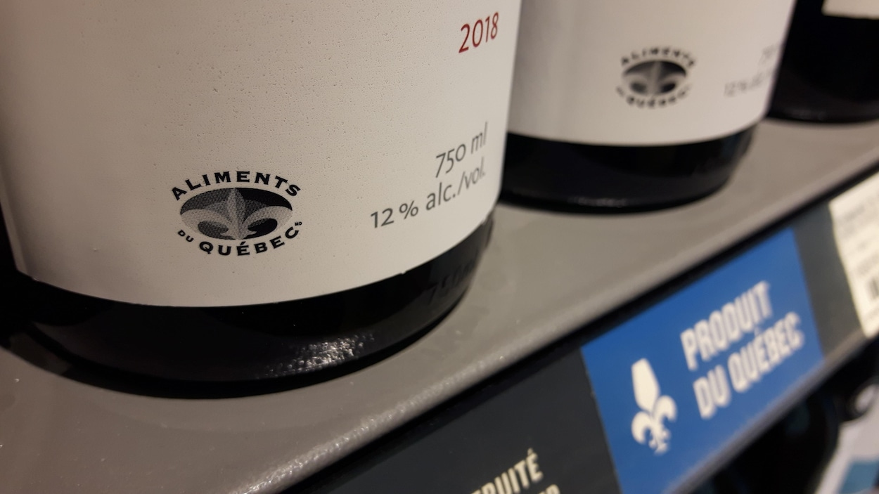 Le logo Aliments du Québec sur une bouteille de vin.