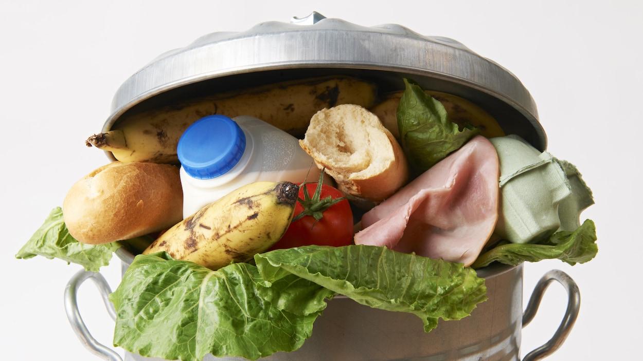 Les Canadiens jettent 2,2 millions de tonnes de nourriture à la poubelle par année.