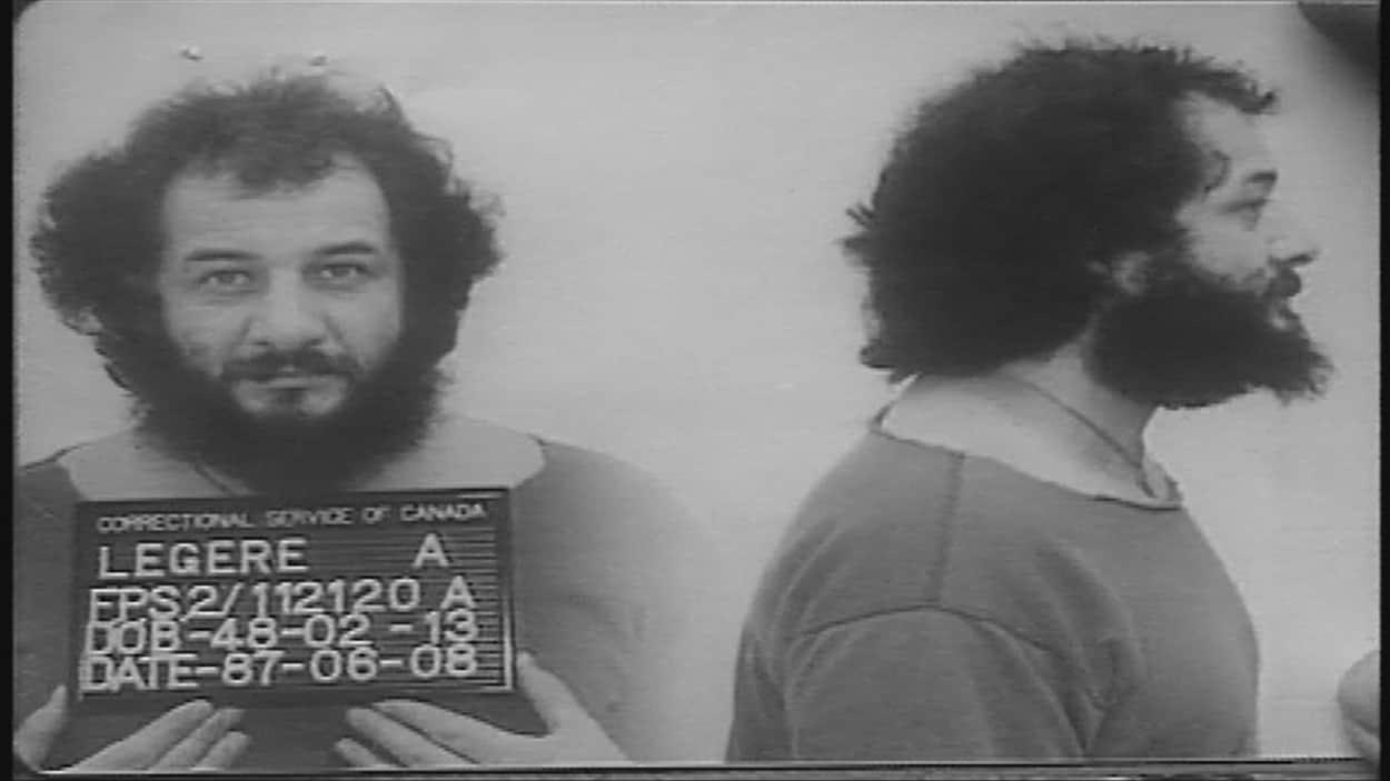 Deux images d'un homme barbu tenant une affiche sur laquelle on peut lire l'année 1987.